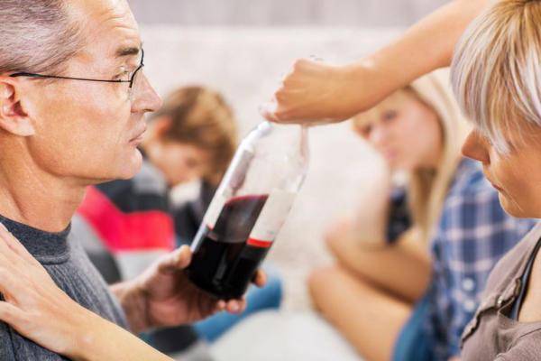 Mit tehet a szülő, ha alkoholbeteg van a családban?