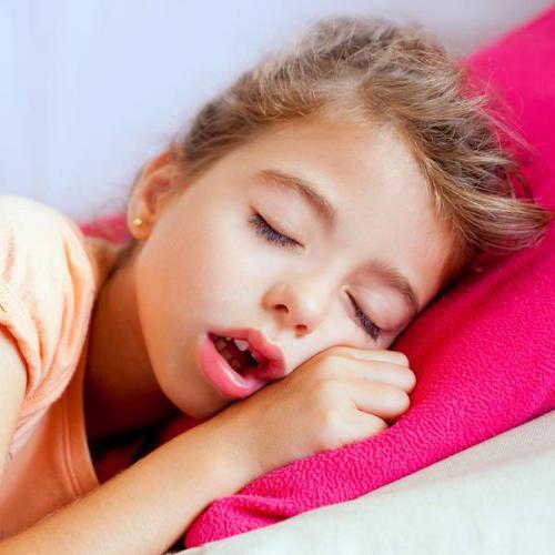 A kisgyermek alvásproblémái, félelme oldható az anyán keresztül is!