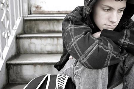 Hogyan vedd észre, ha serdülő gyermeked önbizalomhiánnyal küzd? A serdülőkori válság tünetei